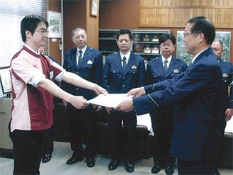 花家署長から感謝状を受け取る奥井店長
