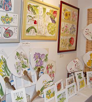色彩豊かな作品を展示