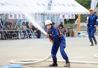 女性団員も小型ポンプ操法を実践