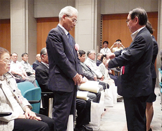 阿部市長(右)から表彰状を受け取った