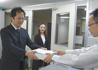 請願書を提出する北浜代表(左)
