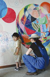 参加者が自由な発想で壁面に絵を生み出した