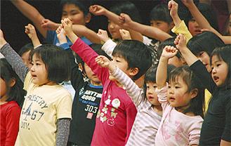 子どもたちも歌を披露する