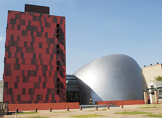 竣工した「eキューブ」(左)と、リハーサル室を備える「シルバーマウンテン」