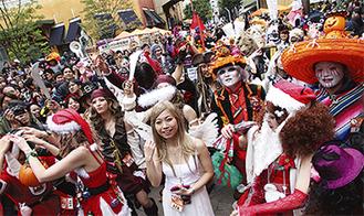 華やかな仮装行列が街を彩る
