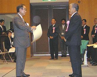 阿部市長から表彰状を受け取る菊池代表取締役