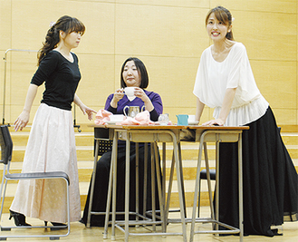 稽古に励む若手オペラ歌手たち