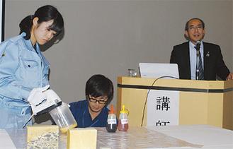 会場でウレタンづくりも披露。右が松藤社長