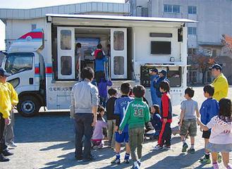 児童たちが起震車で地震を体験