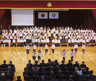 各学年の児童が歌や合奏などを元気に披露した