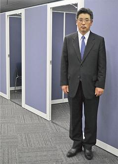 相談者の来場を呼び掛ける高村正彦センター長