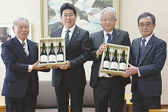 福田市長(中央左)に贈呈した小坂相談役(左)と森支部長(右)