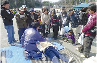 応急救護の手順を学ぶ参加者たち