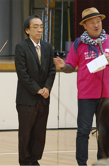 チャリティコンサートで伴奏を披露した新垣氏(左)