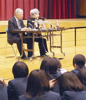 講演を行う横田夫妻