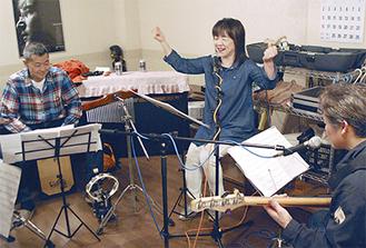 ライブに向けてリハーサルを行う青木さん(中央)