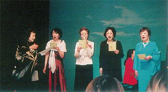 紫村さん(左)らが歌声を披露