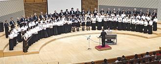総勢100人の有志合唱団も歌声を披露する