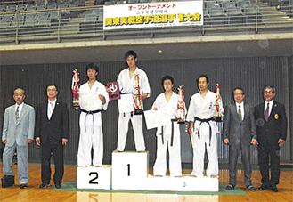 3連覇した森田選手(中央)と森館長(左から2番目)