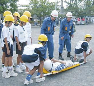 昨年度の様子。中学生が負傷者搬送訓練に参加
