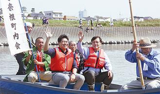 保坂区長(中央右)と渡し船に乗る福田市長(同左)