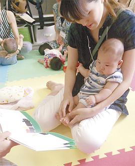 絵本に興味津々な赤ちゃん