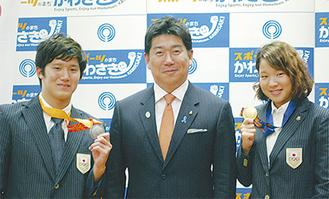 メダルを手に福田市長を表敬訪問した両選手