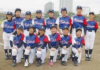 練習拠点の瀬田野球場で笑顔を見せる選手ら