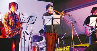 ジャズコース・ライブで演奏する学生たち