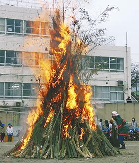 1月の空の下、大きな炎が立ち上った
