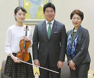 福田市長(中央)を表敬訪問し、演奏を披露した毛利さん(左)