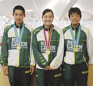 優勝を果たし、メダルを手にした(左から)山尾さん、伊賀崎さん、中野さん