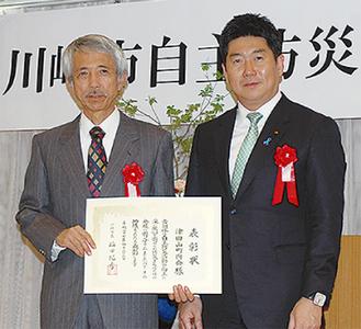 市長から表彰を受けた町内会の池田元美さん