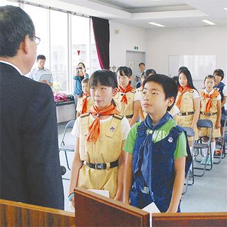 宣誓を行うリーダーの戸張里奈さんと副リーダーの石渡大智くん