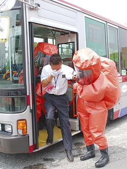 バスの中から乗客を救出する訓練