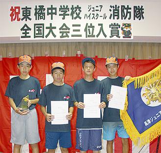 記念式に参加する(左から)樋上君、芳賀君、パパディミトリウ君、萩原君(1名欠席)
