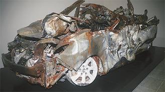 つぶれて鉄製部分のみが残った事故車両