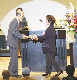 表彰状を手渡す斉藤会長(中央左)