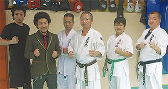 清水会長(中央)と生徒と道場オープン祝いに駆け付けた修斗元世界王者のマモル選手(左から2番目)