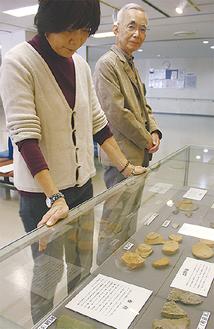 現地調査で発見された出土品が多数並んだ