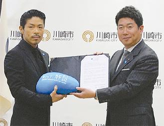 福田市長を訪問したEXILEの松本さん(左)