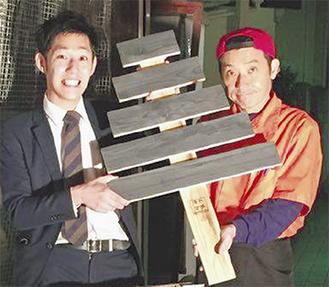 キットを配る松田さん(左)