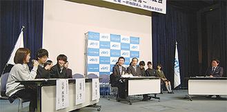 福田市長(右)に意見を述べる高校生(左)
