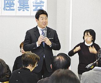 参加者と意見交換する福田市長