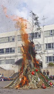 火が燃え盛ると、児童から歓声が上がった