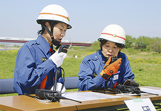 無線機の訓練を行う団員