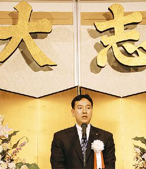 日本の経済について語る山際氏