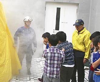 煙体験をする児童