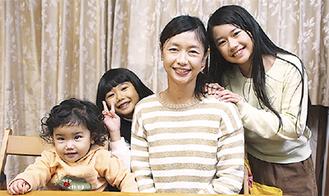 宮本さん(中央)と、右から長女・詩乃ちゃん、次女・詩織ちゃん、三女・詩幸ちゃん