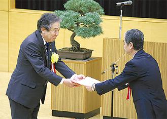 感謝状を受け取る受賞者(左)